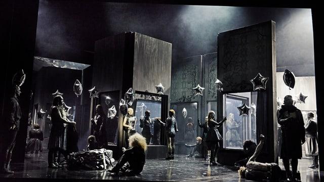 Szene aus der Oper «Alcina» am Luzerner Theater. Statisten halten silbrige Luftballone.