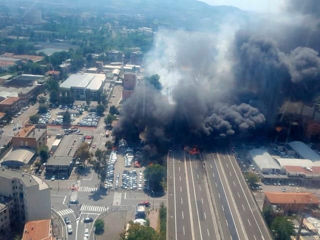 Dunkler Rauch schwebt über der Autobahn,