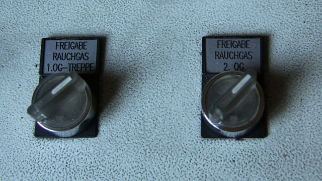 Zwei Drehregler, beschriftet mit «Freigabe Rauchgas»