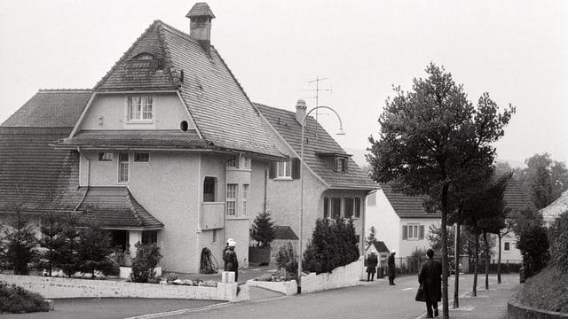 Die Zürcher Kantonspolizei umstellt die Gebäude des Divine Light Zentrums in Winterthur.