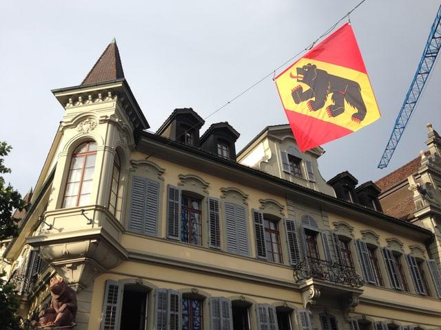 Blick von der Märitgasse hinauf zur Fassade des Gasthofs Bären, daneben das Berner Kantonswappen.