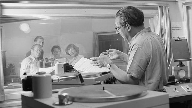 schwarzweissfoto eines Radiostudios.