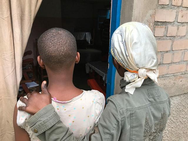 Mädchen und Mutter von hinten.