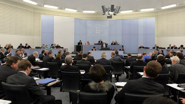 Landtag in Stuttgard tagt, man sieht die meisten Abgeordneten von hinten. Sie tragen alle dunkle Kleidung.