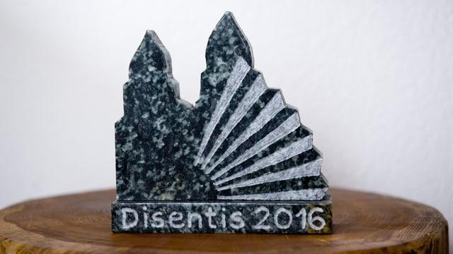 Ina tala sculptura da 13x15 cm survegn mintga furmaziun che fa part a la festa.