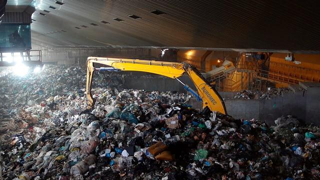 Greifarm wühlt im Abfall auf der Mülldeponie Malagrotta
