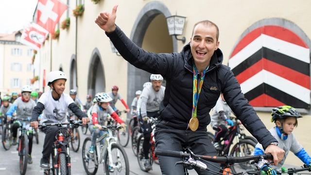 Schurter, la medaglia, il bike e Cuira.