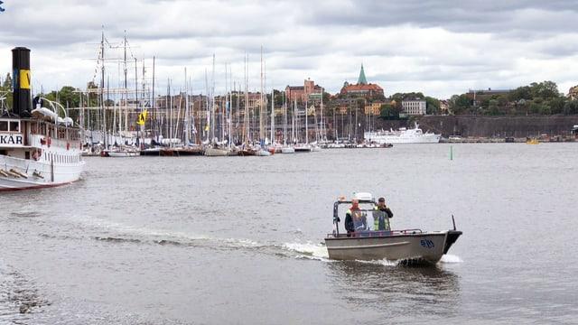Ein kleines Boot auf einer Wasserstrasse in Stockholm.
