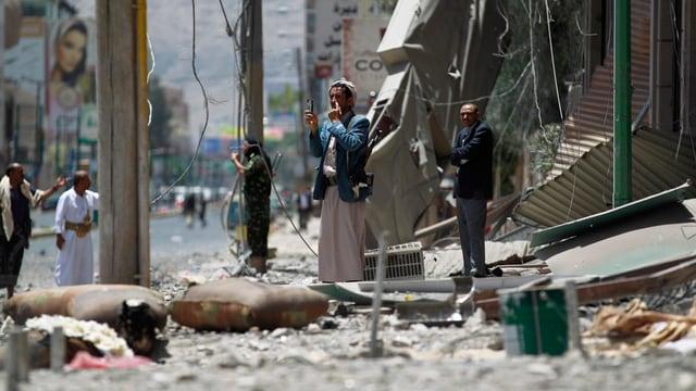En il Jemen datti dapi mais cumbats tranter rebels schiits e truppas regularas dal president sunnit Hadi.