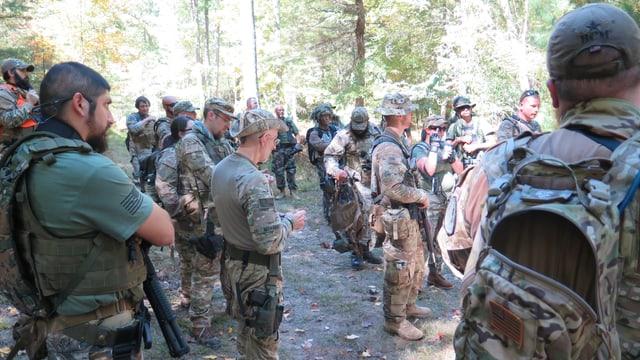 Die Soldaten bei der Übungsbesprechung.
