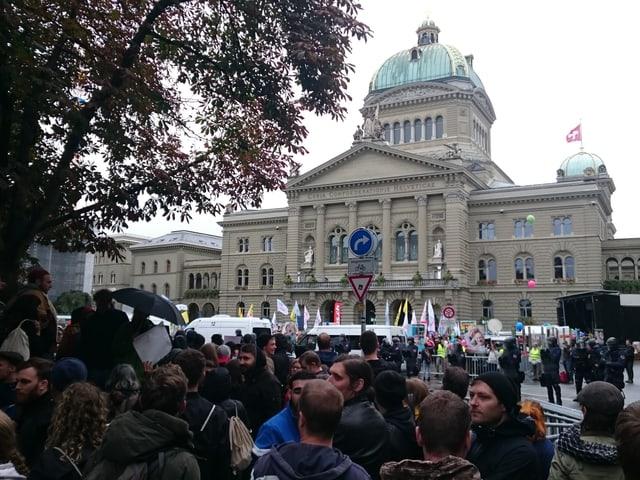 Viele Menschen vor dem Bundeshaus.