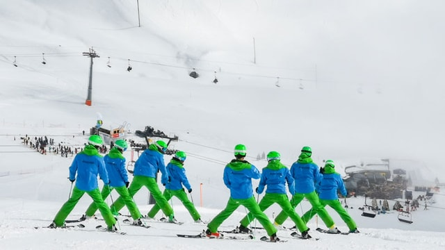 Ina furmaziun sa prepara per la demonstraziun al Swiss Snow Happening