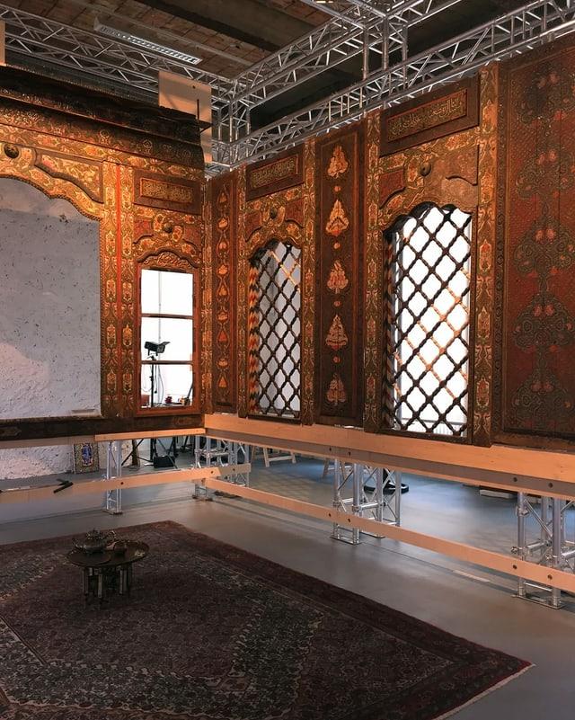 Ein Raum mit verzierten Holzwänden.