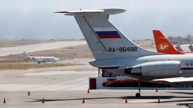 Schwanzflosse mit russischer Flagge und Registrierungsnummer. Dahinter Schwanzflosse von Avianca-Maschine.