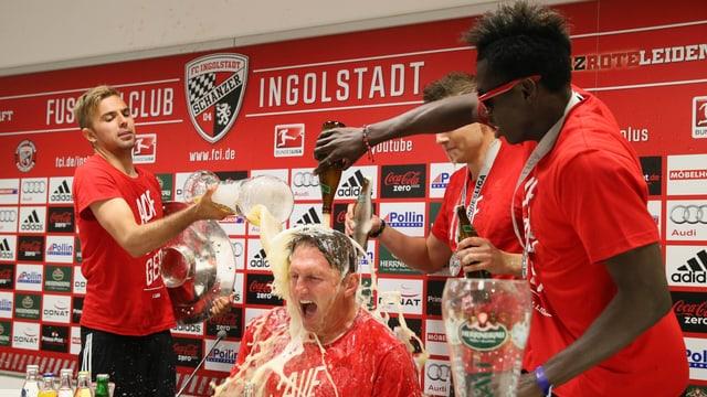Spieler des FC Ingolstadt verabreichen Trainer Ralph Hasenhüttl eine Bierdusche.