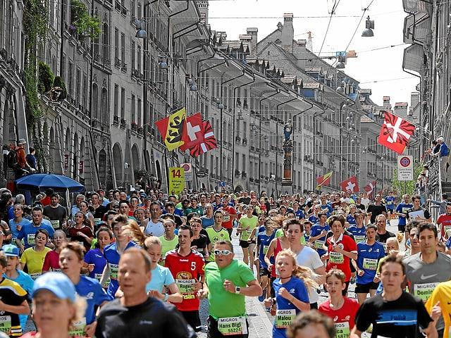 Gasse der unteren Altstadt voll Läuferinnen und Läufer