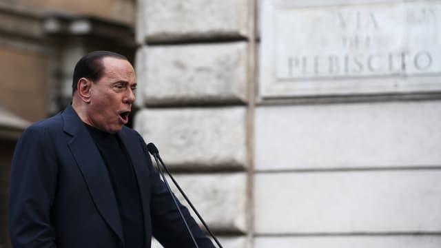 Der ehemalige Premierminister Silvio Berlusconi am Rednerpult.