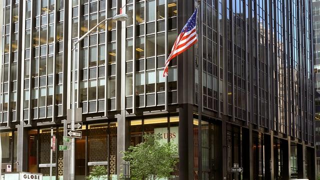 Fassade der UBS-Filiale in New York mit US-Fahne