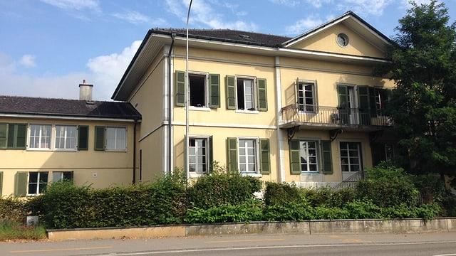 Herrschaftliche Villa mit offenen Fenstern am Strassenrand
