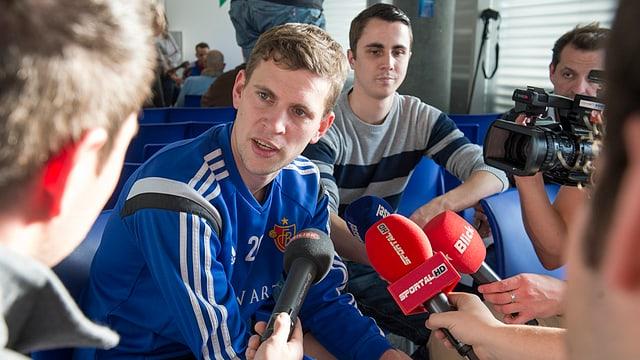 FCB-Mittelfeldspieler Fabian Frei an der Medienkonferenz zum Trainingsauftakt.