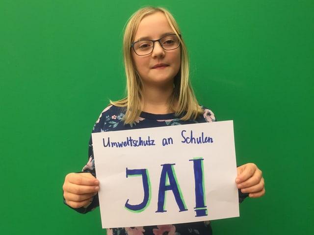 "Elena mit dem Plakat ""Ja zum Umweltschutz an Schulen"""