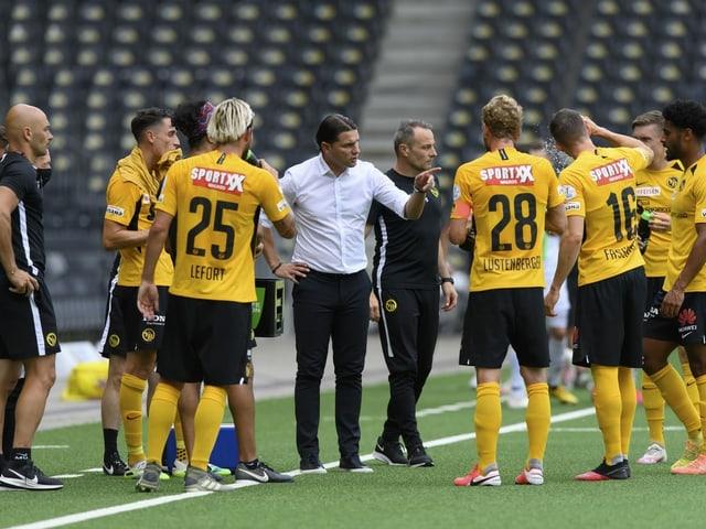 Trainer Gerardo Seoane gibt seinen Spielern Anweisungen.