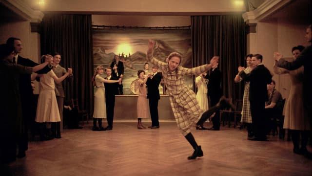 Wild tanzende Alba August als junge Astrid Lindgren.