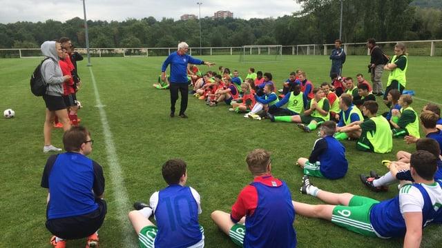 Trainer Willy Schmid gibt den Kindern Anweisungen.