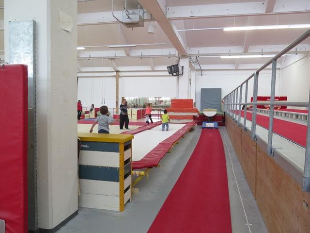 Turngeräte und Kinder in einer Halle