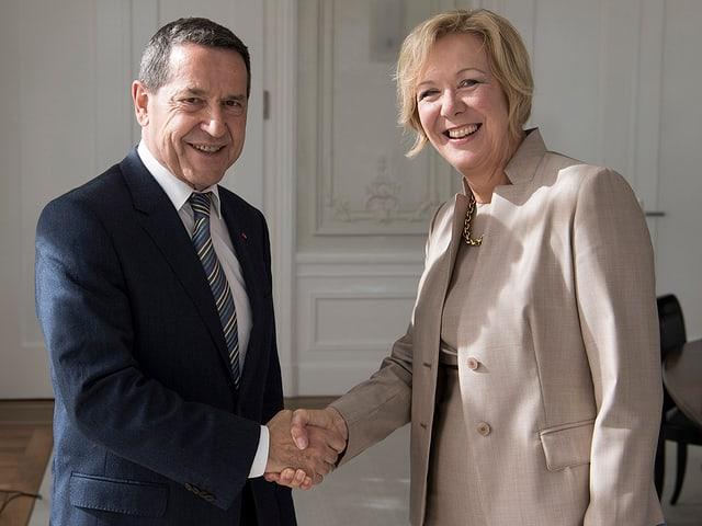 Ulrich Gygi, il president dal cussegl adminstrativ partent, gratulescha a sia successura.