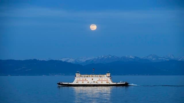 Schiff fährt bei Vollmond auf dem Bodensee
