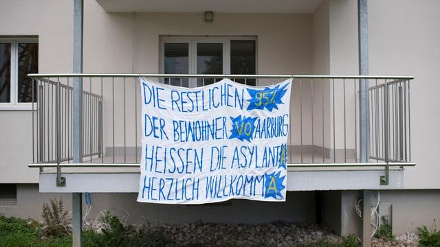 Wilkommens-Transparent für die Asylsuchenden in Aarburg vor der umstrittenen Unterkunft.
