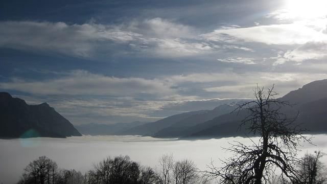 Dichtes Nebelmeer über dem Walensee, darüber ziemlich sonniges Wetter.