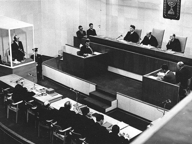 Ein Schwarzweissfoto aus dem Eichmann-Prozess. Blick in den Gerichtssaal.
