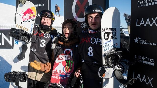 Ils snowboarders (da san.) David Hablützel, Ayumu Hirano e Patrick Burgener al Laax Open