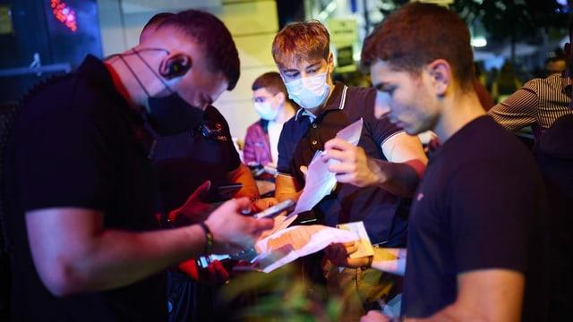 Türsteher kontrolliert Covid-Zertifikat bei Partygängern