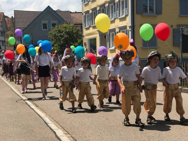Schulklasse mit Luftballonen