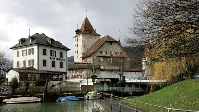 Eine Razzia im Bordell «Hotel Schloss» in Nidau  brachte den Fall ins Rollen.