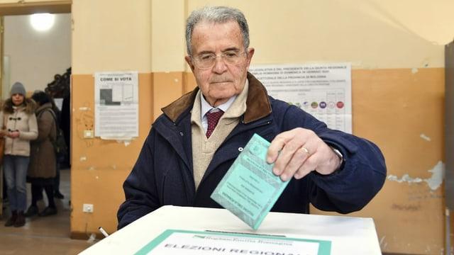 Romano Prodi legt seinen Wahlzettel in die Urne.
