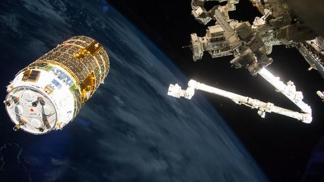 Ein Greifarm im Weltall greift nach einem Satelliten, dahinter die Erde.
