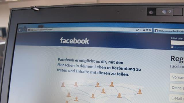 Computer-Bildschirm mit Startseite von Facebook.
