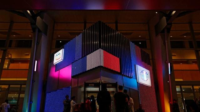 Ein Gebäude-Eingang in der Farben der Tricolore.