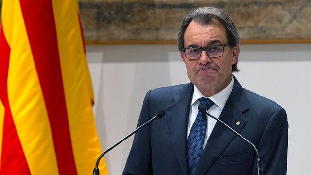 Artur Mas in ernster Mine vor Mikrofonen.