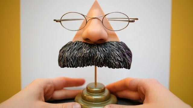 Ein Nietzsche-Brillenständer mit grossem Schnauz