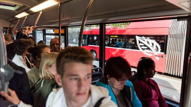 Viele Pendler in einem Bus