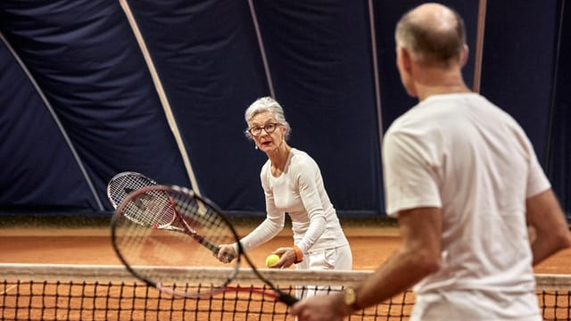 Rentner spielen Tennis.