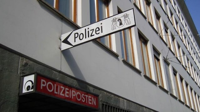 Polizeischild am Spiegelhof Gebäude in Basel