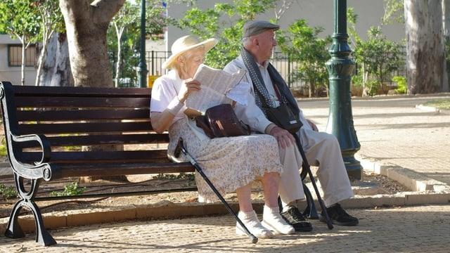 Duas persunas pensiunadas sin in banc.