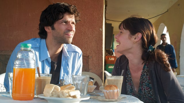 Ein Mann und eine Frau beim Morgenessen.