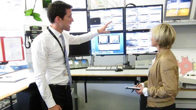 Sabine Dahinden bei der Überwachungsanlage der Airport Authority.